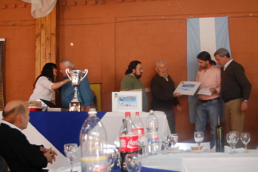 Aca esta: Cristian Masutti recibiendo su premio en manos de Don Hugo Kaluza