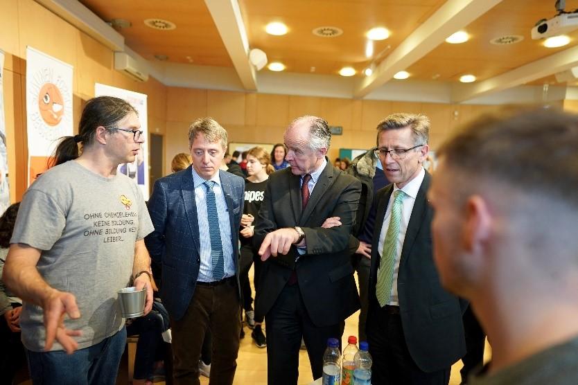 Veit Schmid-Schmidsfelden, Obmann der Metalltechnischen Industrie Niederösterreichs und Helmut Schwarzl, Obmann der Chemischen Industrie Niederösterreichs, interessieren sich für die Grundlagen-Experimente zum Thema Wasserstoff.