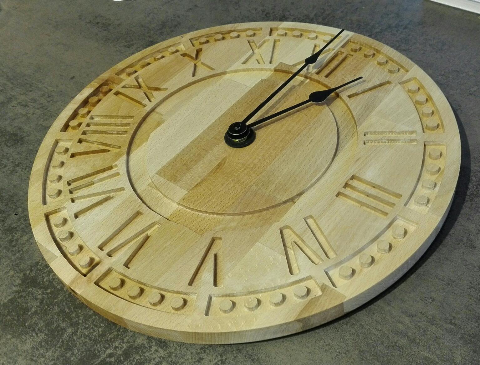 Wanduhr aus Holz mit 38cm im Durchmesser