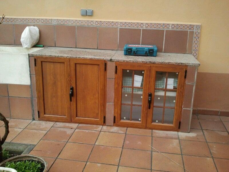 Puertas de una cocina de exterior