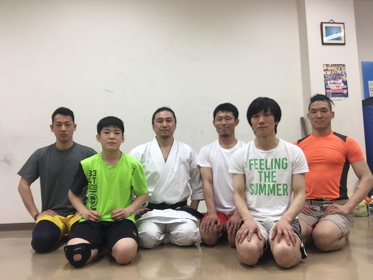 武道空手研究会を主催。格闘技選手らに指導。