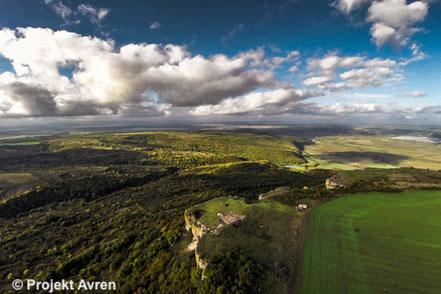 Fundplatz Avren-Bobata (vorne Mitte/Höhensiedlung 5 Jt. v. Chr.) am Rande des Avren-Plateaus (Nordostbulgarien)