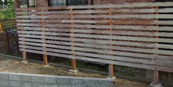 なぜか塗りかけのまま放置された塀
