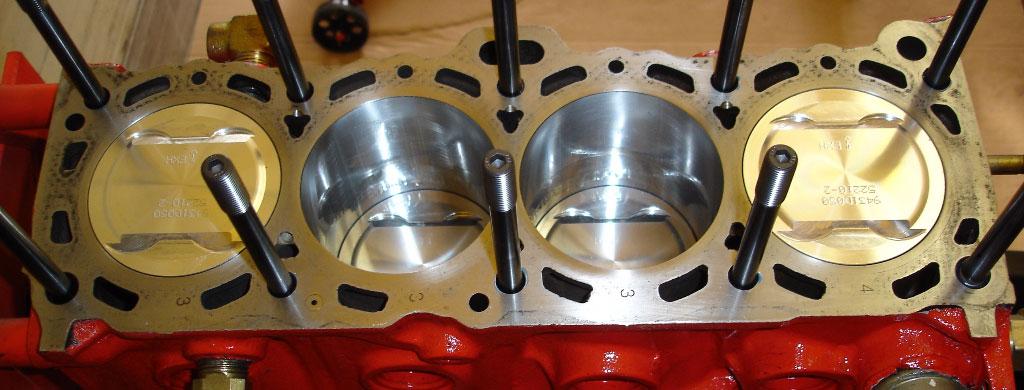 Aufgebauter Kurbeltrieb mit bearbeiteter Kurbelwelle, H-Schaft Pleuel und Schmiedekolben. Zylinderkopf Verschraubung über Stehbolzen.