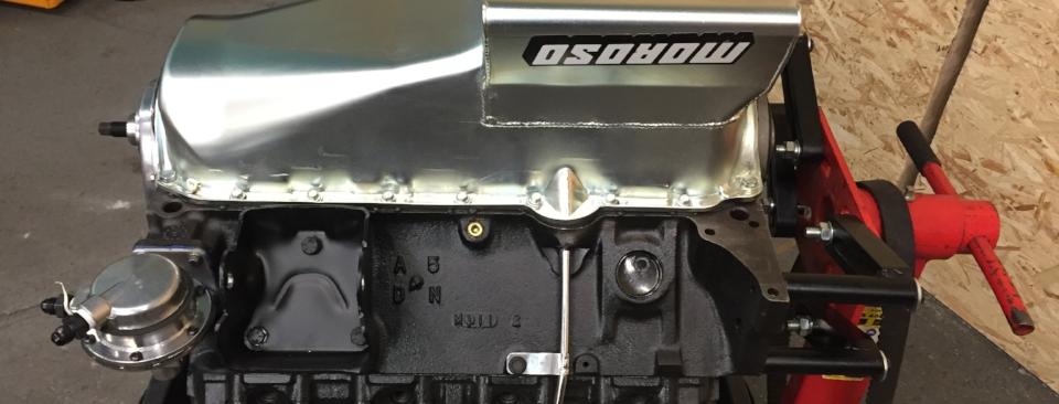 383cui Motor auf andere Ölwanne umgebaut mit mehr Ölvolumen und Schwallblechen.