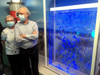 Guido Dua, Voorzitter, krijgt uitleg bij het aqua-element van de nieuwe Watermuur