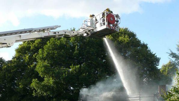 Am Ende kam der Hubsteiger der Rendsburger Wehr zum Einsatz und der Brand wurde von oben erfolgreich bekämpft.