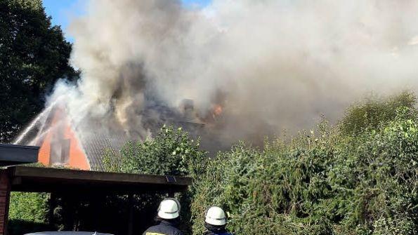 Ab und zu schlugen Flammen aus dem Dachstuhl. Ein Übergreifen des Feuers auf Nachbargebäude wurde verhindert.