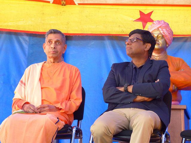L'ambassadeur de l'Inde son Excellence Dr Mohan Kumar avec Swami Veetamohananda - Inauguration sous le chapiteau