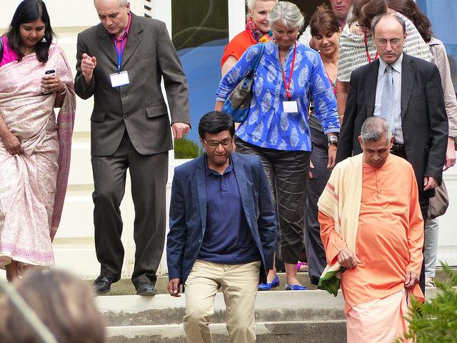 Arrivée de l'ambassadeur de l'Inde son Excellence Dr Mohan Kumar avec Swami Veetamohananda, l'adjoint au maire Christian Bourdeil et les présidentes des principales Fédérations de Hatha Yoa en France