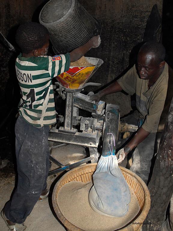 De plus en plus on mécanise cette préparation. Le grain est alors passé dans une décortiqueuse et un moulin ce qui évite un travail laborieux et améliore la qualité de la farine.