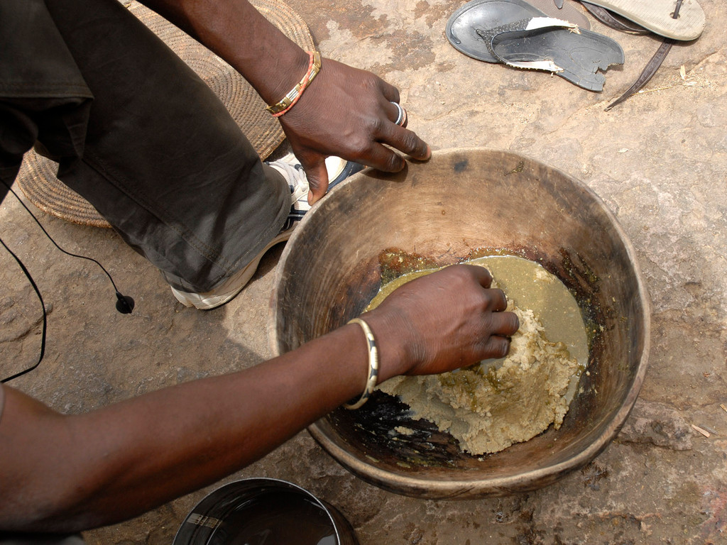 Le millet est préparé sous forme de bouillie et de galettes : le Tô sauce baobab