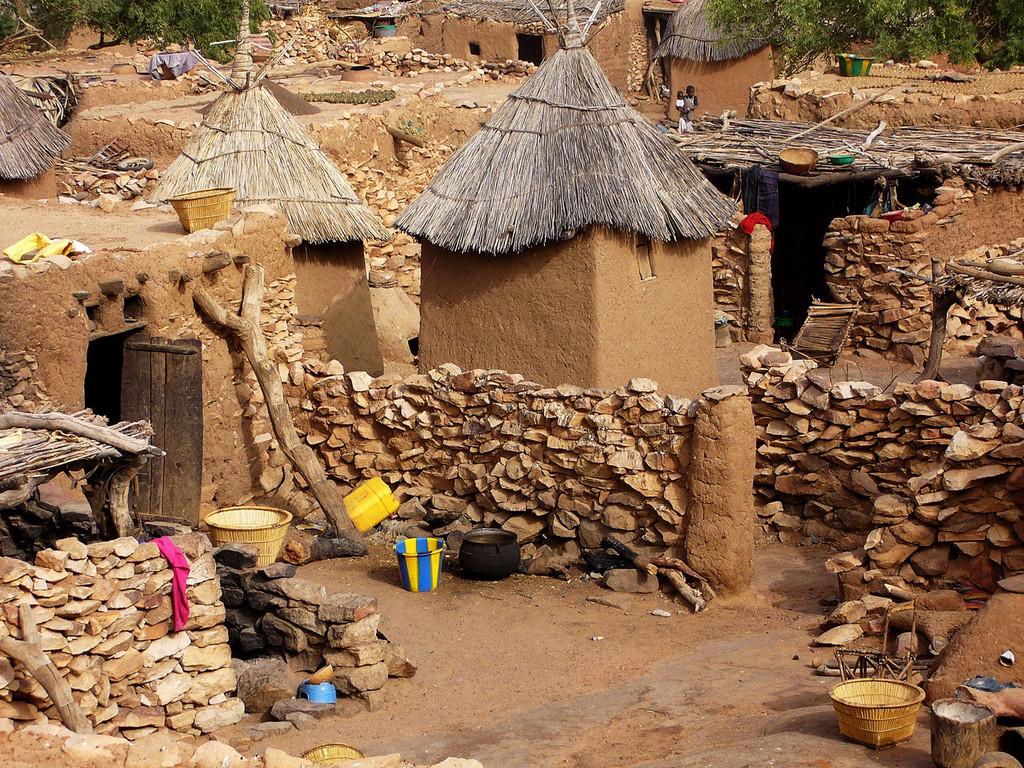 Au sein du village, la concession est composée d'une cour entourée de cases pour chaque membre adulte de la famille