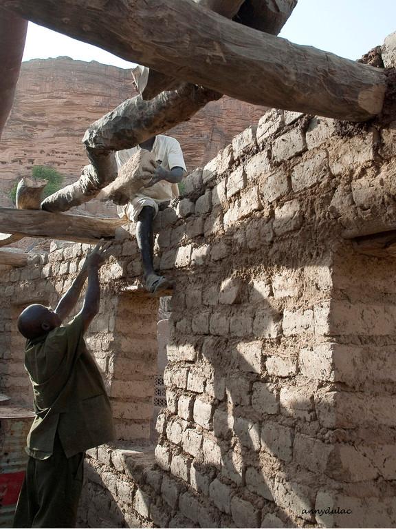 Les constructions se font avec les matériaux disponibles sur les sites : la pierre, le banco fait de terre et de paille broyée, quelques branches d'arbre et la paille des hautes tiges de mil pour les toits des greniers.