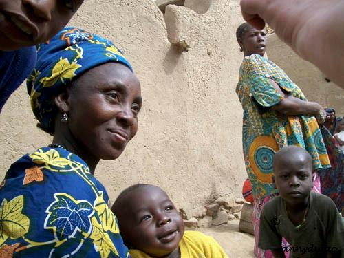 Les femmes Dogon ont pour tâches quotidiennes de s'occuper de la maison
