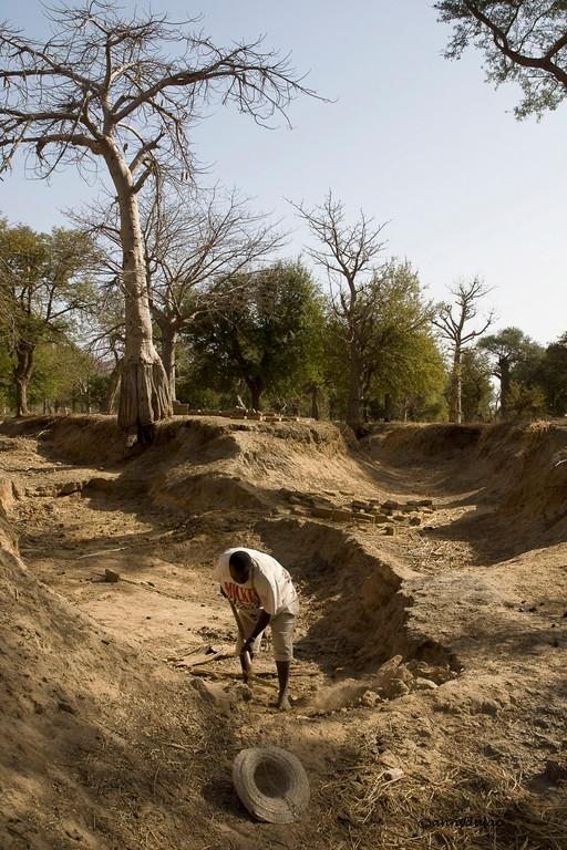 En bas de cette falaise, au bord du désert, Amatigué  construit une route pour faciliter l'accès à son village.