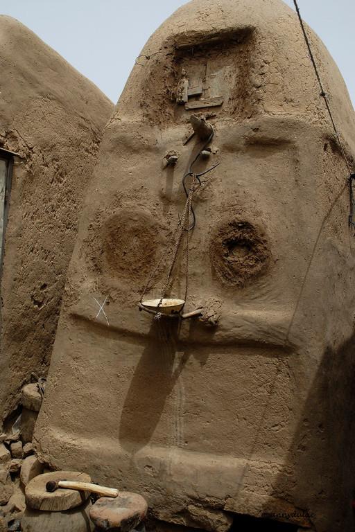 chacun ayant son propre grenier fermé par des volets sculptés en demi-relief.