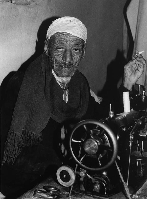 L'homme à la machine à coudre, Oasis de Dakhla, Egypte 1996