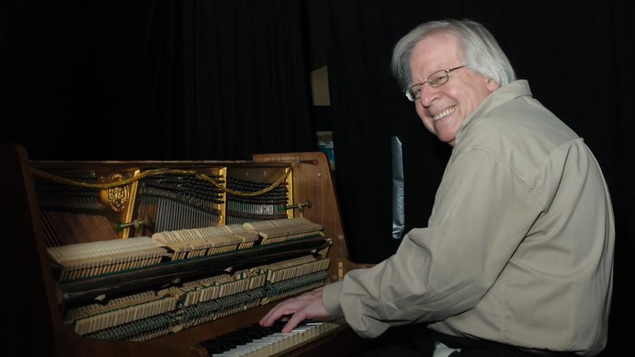 Marc Mandel traktiert das Piano im Künstlerkeller