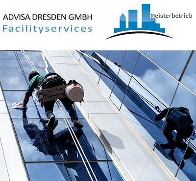 Fensterputzer und Industriekletterer Dresden bei einer Fassadenreinigung aus Glas. Logo von ADVISA-Service Reinigungsfirma Dresden GmbH