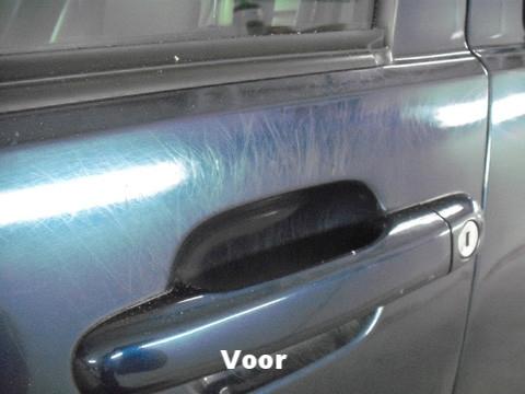 Rondom de handgreep heeft de lak erg veel krasjes | A1 Car Cleaning