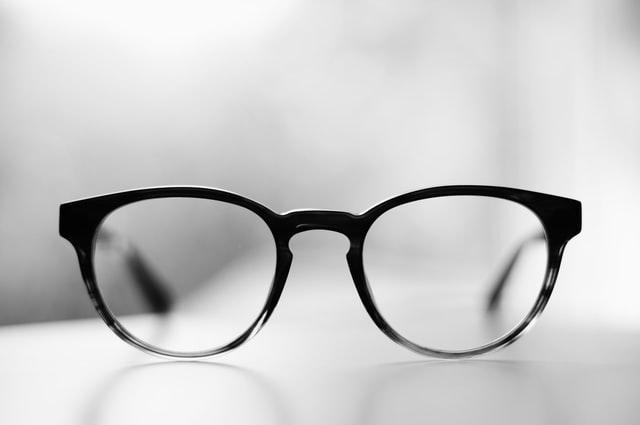 De voor- en nadelen van een bril of contactlenzen