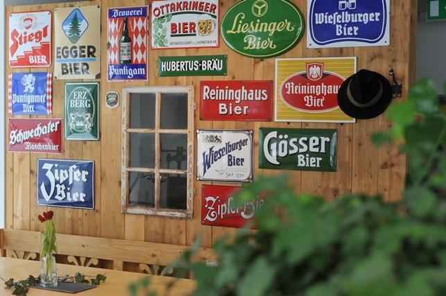 Sammlung alter Bierschilder
