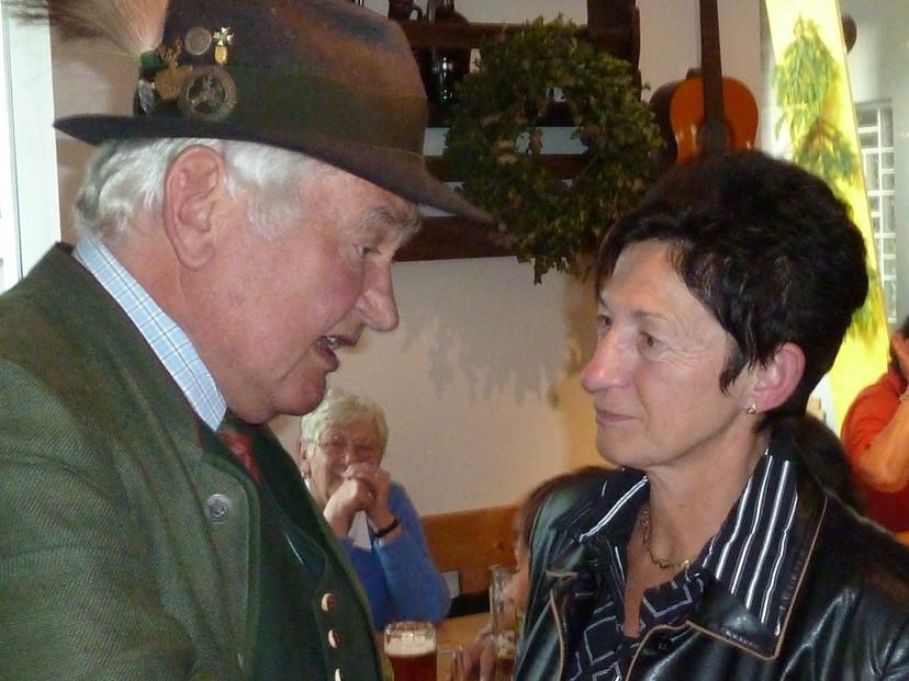 Hans beim Politisieren mit der Bürgermeisterin