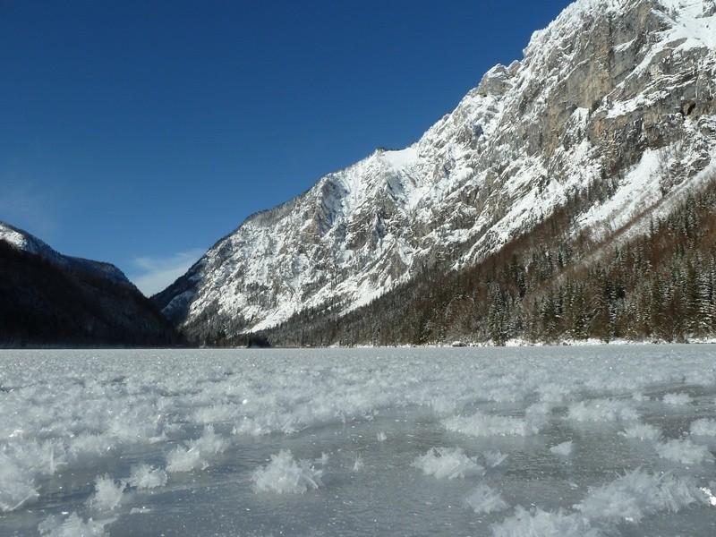 Schneekristalle am Eis