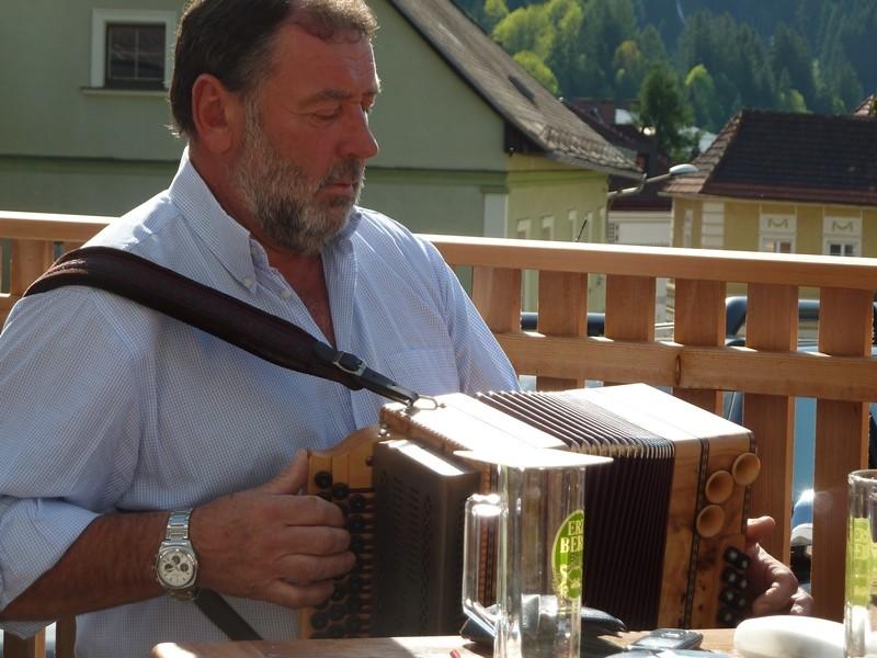 Sepp Bachler spielt spontan einige Stückeln....