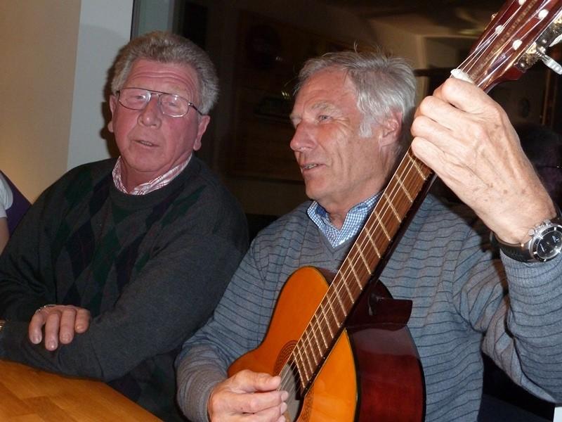 Adi Gölz und Hubert Hartl singen.....