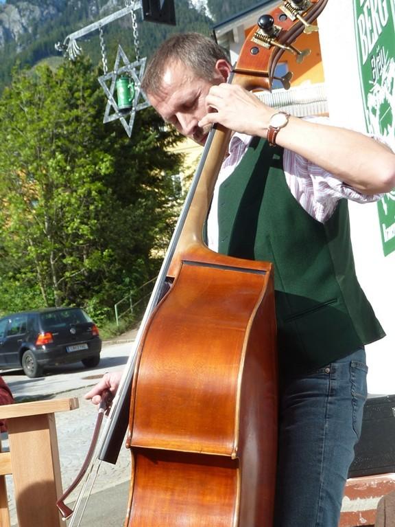 ... mit dem bayrischen Bassisten.....