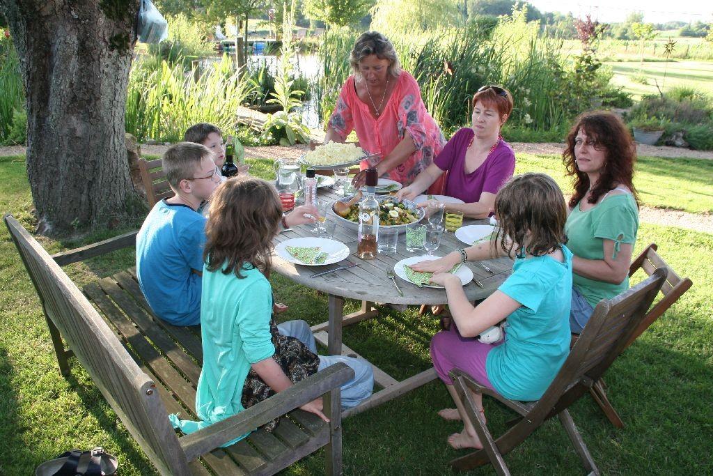 Gemütliches Abendessen unter der Kastanie nach einem langen und schönen Tag