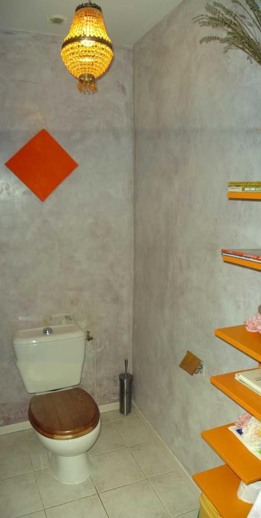 Die neu verputzte Toilette