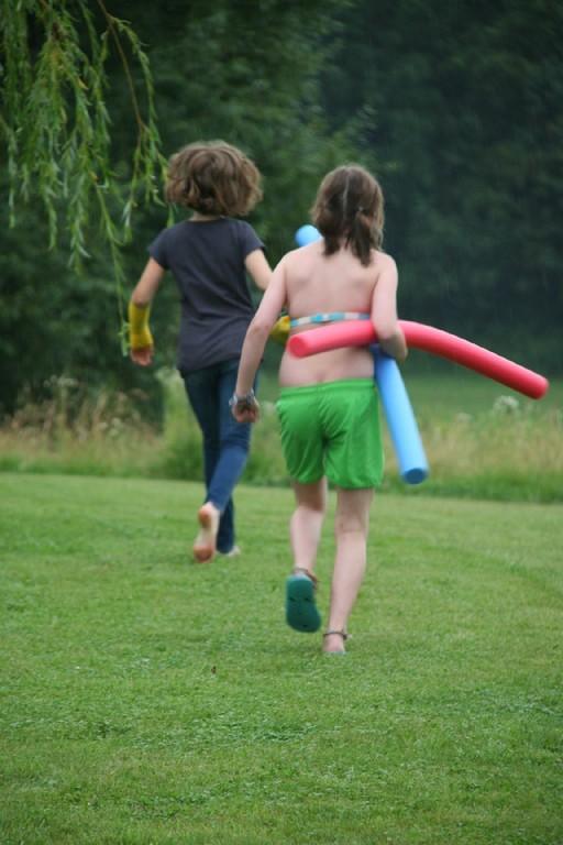 Runa und Zoe auf dem Weg zum Teich