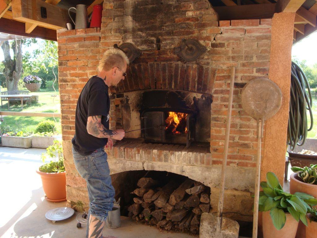 Peter feuert derweil den Ofen kräftig ein