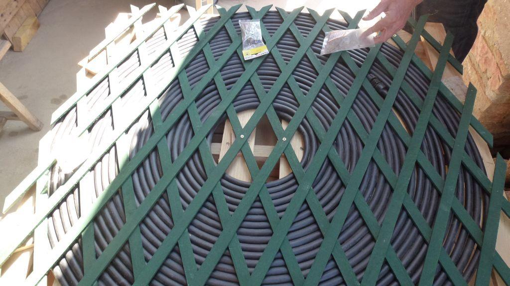 Wir packen die schwarzen Rohre auf ein Palett - so soll das Warmwasser für die Aussendusche entstehen