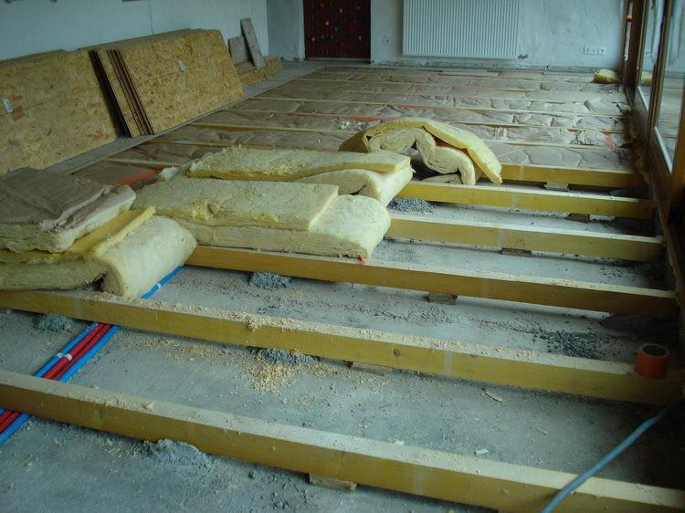 Dann öffnen wir den Unterboden und lassen den Boden und die Isolation austrocknen