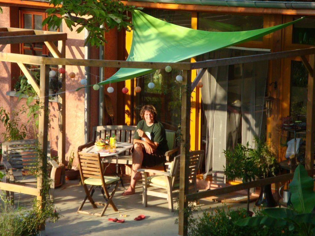 Noah geniesst die Abendsonne auf der Terrasse