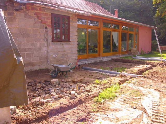 Vor die Veranda und neben das Brotbackhaus kommt eine Beton-Terrasse hin