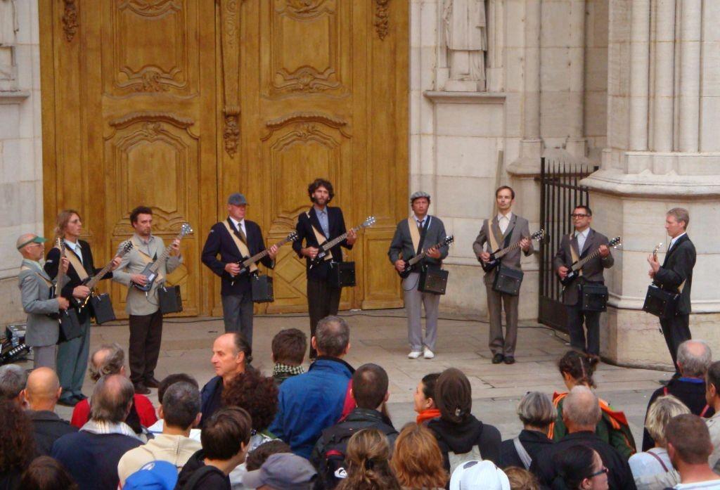 Vorführung vor der Kirche