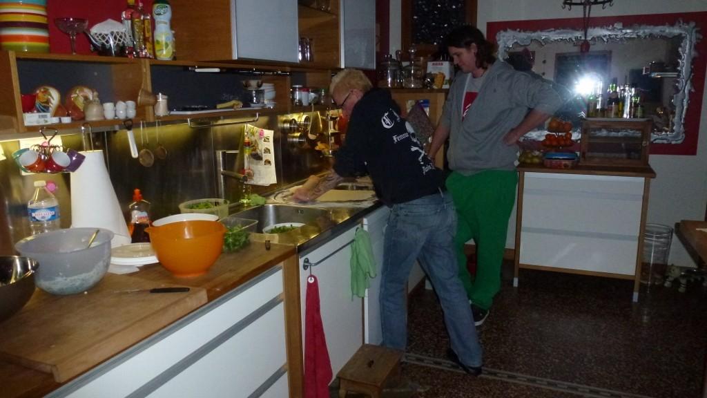Peter und Noah müssen hart arbeiten um den Ravioliteig dünn auszuwallen