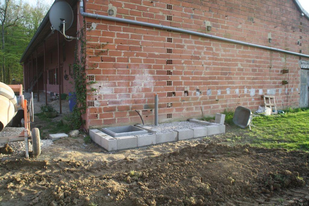 Ein Betonsockel sorgt dafür, dass die spätere Toilette auch richtig Stand hat