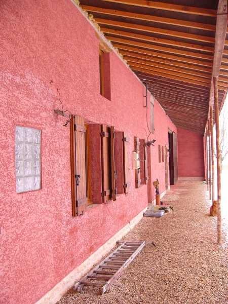 Das Haus bekommt eine rote Fassade