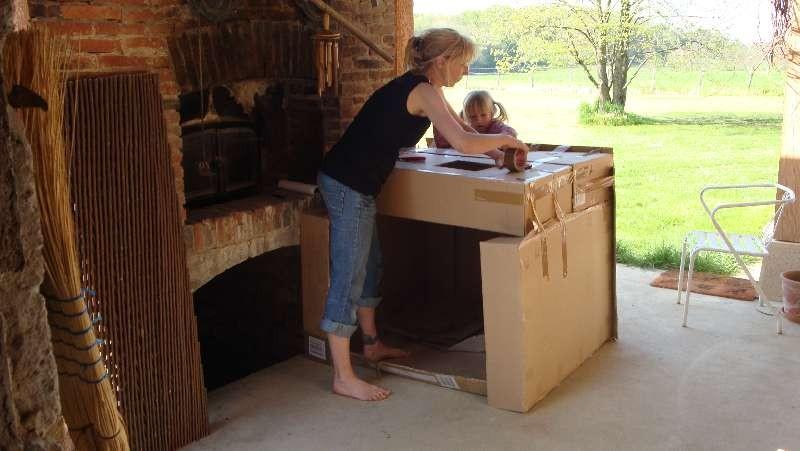 Andrea bastelt ein Kartonhaus
