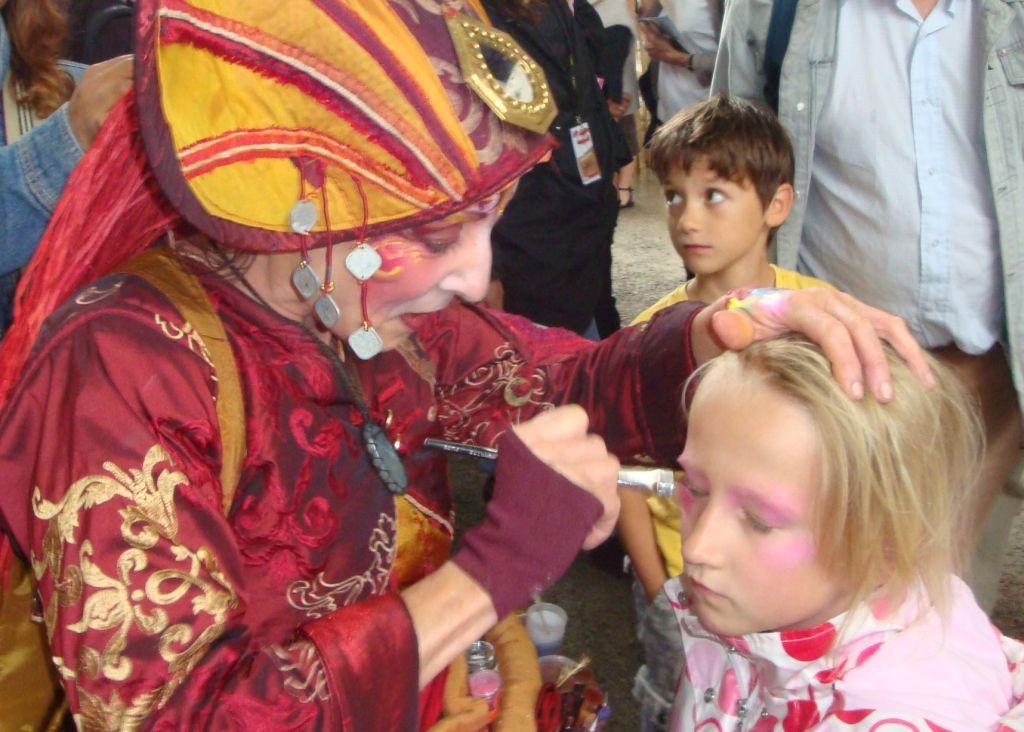 Zora bekommt von einer Farbenfee eine Gesichtbemahlung
