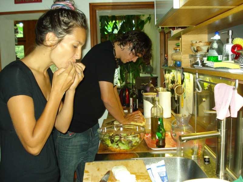 Désirée und Noah am Kochen