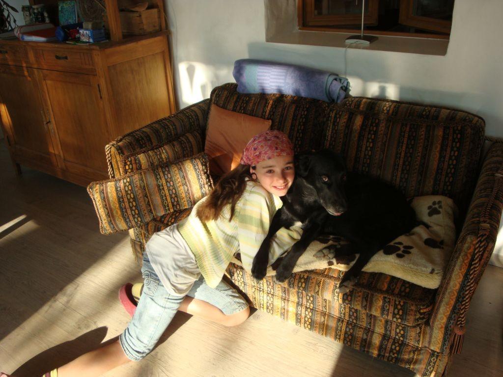 Naomi mit Luke am Kuscheln