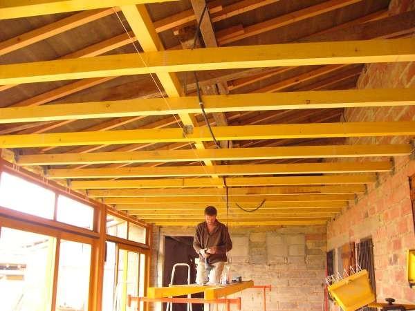 Walter hat den Auftrag, die Veranda auszubauen - er hängt eine Decke unter's Dach