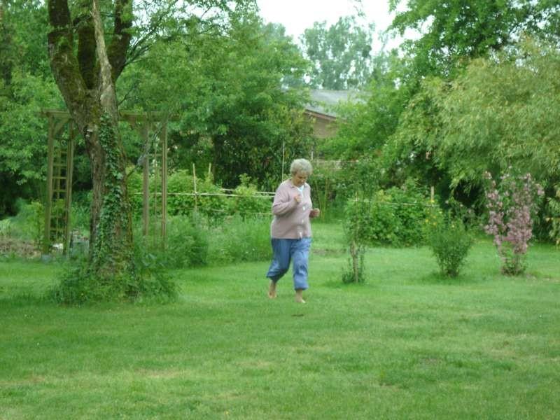 Mama macht barfuss Morgenjogging im Garten